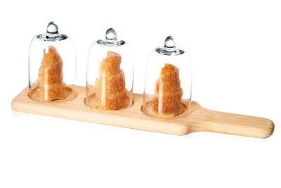 Serveerplank hout met 3 glazen stolpen